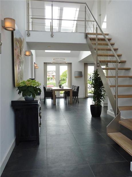 Villa te haarlem zsw architectenbureau ron spanjaard bna - Deco entree met trap ...